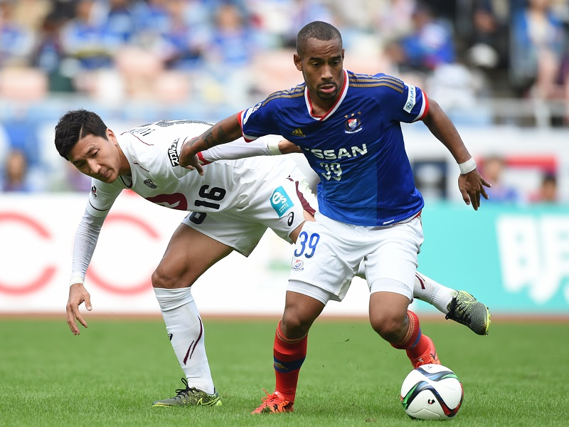 YOKOHAMA, JAPAN - OCTOBER 17:  (EDITORIAL USE ONLY) Ademilson of Yokohama F.Marinos and Jung Woo Young of Vissel Kobe compete for the ball during the J.League match between Yokohama F.Marinos and Vissel Kobe at Nissan Stadium on October 17, 2015 in Yokohama, Kanagawa, Japan.  (Photo by Etsuo Hara/Getty Images)