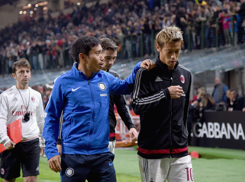 MILAN, ITALY - OCTOBER 21:  Yuto Nagatomo of FC Internazionale (L) and Keisuke Honda of AC Milan chat at the end of the Berlusconi Trophy match between AC Milan and FC Internazionale at Stadio Giuseppe Meazza on October 21, 2015 in Milan, Italy.  (Photo by Claudio Villa - Inter/Inter via Getty Images)
