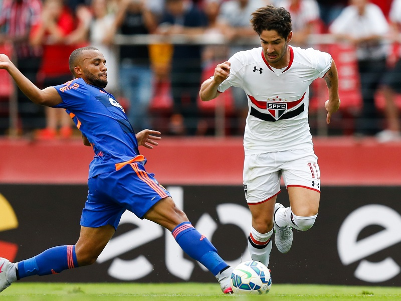 SAO PAULO, BRAZIL - OCTOBER 31: Samuel Xavier (L) of Sport Recife and Alexandre Pato of Sao Paulo in action during the match between Sao Paulo and Sport Recife for the Brazilian Series A 2015 at Morumbi stadium on October 31, 2015 in Sao Paulo, Brazil. (Photo by Alexandre Schneider/Getty Images) *** Local Caption *** Samuel Xavier; Alexandre Pato