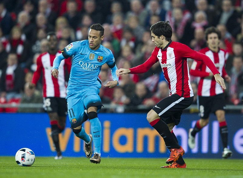 BILBAO, SPAIN - JANUARY 20: Neymar of FC Barcelola duels for the ball with Xabier Etxeita of Athletic Club during the Copa del Rey Quarter Final First Leg match between Athletic Club and FC Barcelola at San Mames Stadium on January 20, 2016 in Bilbao, Spain.  (Photo by Juan Manuel Serrano Arce/Getty Images)