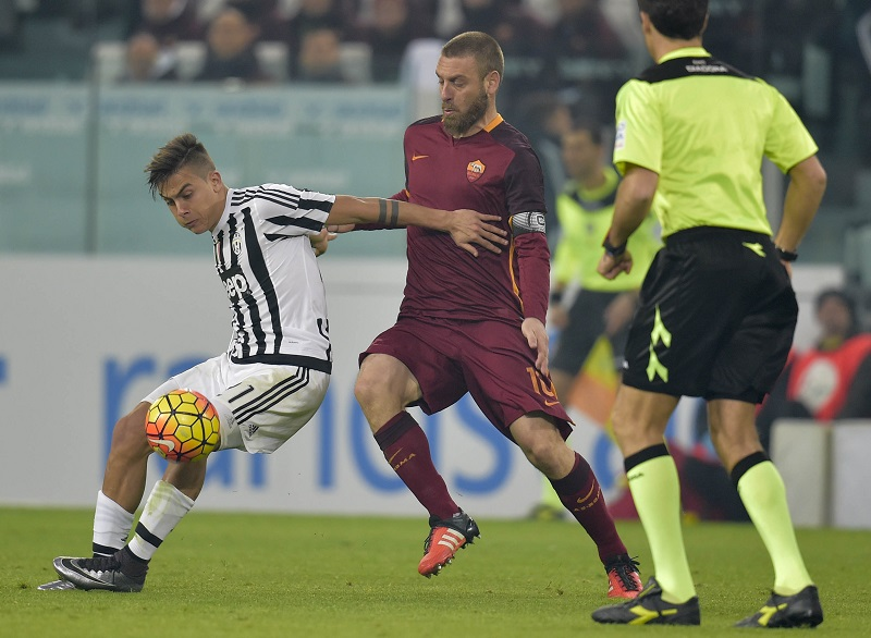 TURIN, ITALY - JANUARY 24:  Paulo Dybala of Juventus FC is challenged by Daniele De Rossi of AS Roma during the Serie A match between Juventus FC and AS Roma at Juventus Arena on January 24, 2016 in Turin, Italy.  (Photo by Luciano Rossi/AS Roma via Getty Images)