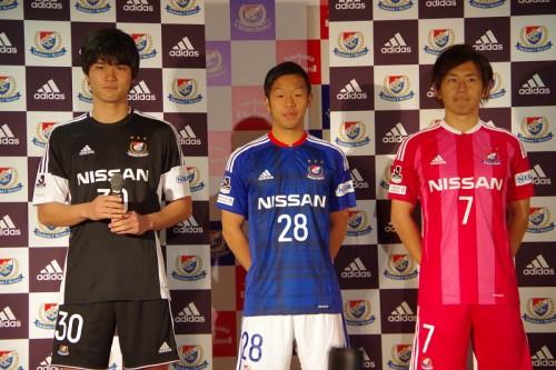 横浜FMが新体制発表…ピンクの新ユニフォームや新加入選手がお披露目