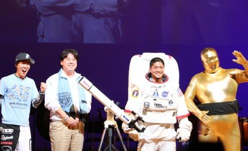 サポから天体望遠鏡を贈られた大久保「星からパワーをもらって4年連続得点王!」