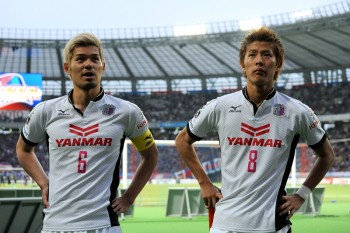 TOKYO, JAPAN - APRIL 19:  (EDITORIAL USE ONLY) Yoichiro Kakitani #8 (R) and Hotaru Yamaguchi #6 of Cerezo Osaka look on after the J.League match between F.C. Tokyo and Cerezo Osaka at Ajinomoto Stadium on April 19, 2014 in Tokyo, Japan.  (Photo by Masashi Hara/Getty Images)