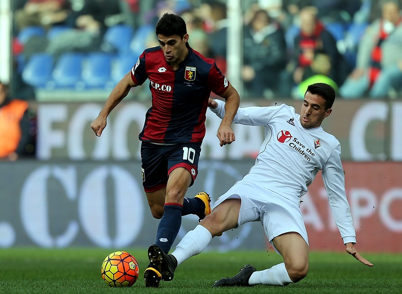 GENOA, ITALY - JANUARY 31: Diego Perotti of Genoa CFC battles for the ball with Matias Vecino of ACF Fiorentina during the Serie A match between Genoa CFC and ACF Fiorentina at Stadio Luigi Ferraris on January 31, 2016 in Genoa, Italy.  (Photo by Gabriele Maltinti/Getty Images)