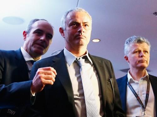 モウリーニョ氏、マンU指揮官就任の噂を否定か…無言で首を振る