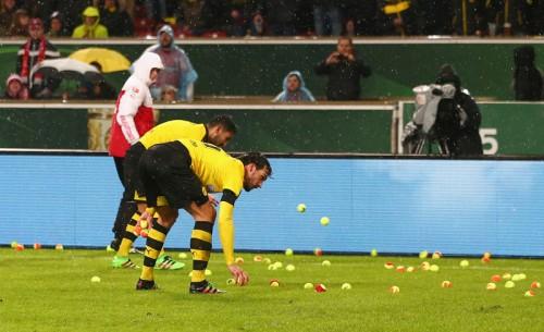 ドルトのサポーター、試合中にテニスボールを投込み…チケット価格に抗議か
