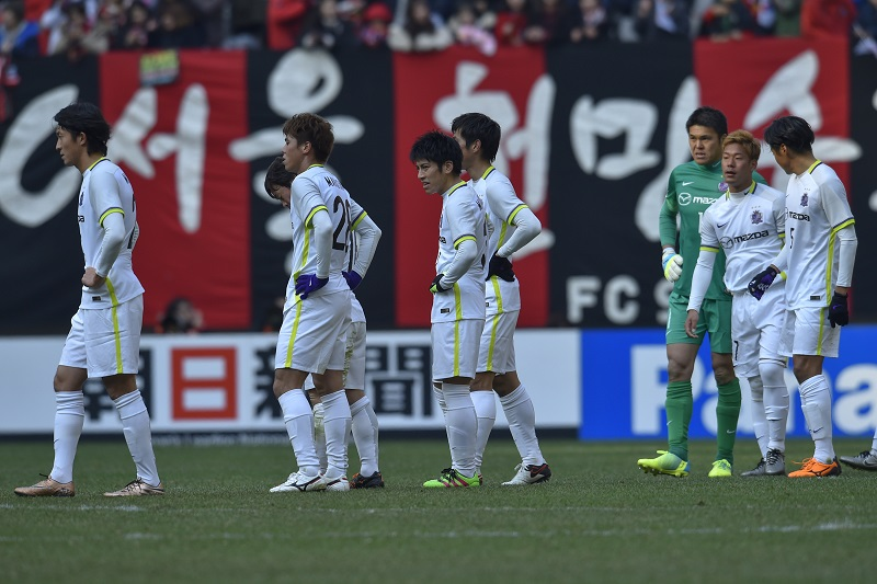 SEOUL, SOUTH KOREA - MARCH 01:  Players of Sanfrecce Hiroshima look dejected after the AFC Champion League Group F match between FC Seoul and Sanfrecce Hiroshima at Seoul World Cup Stadium on March 1, 2016 in Seoul, South Korea.  (Photo by Koki Nagahama/Getty Images)
