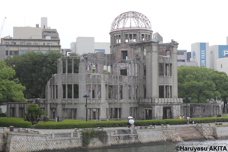 旧市民球場跡地から相生通りを挟んだところにある原爆ドーム [写真]=秋田陽康