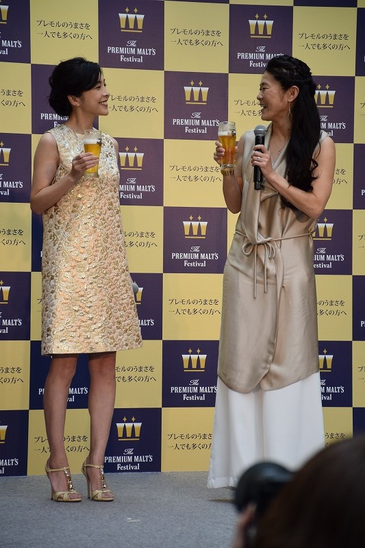 ゴールドを基調にしたドレスに身を包んだ竹内結子、澤穂希