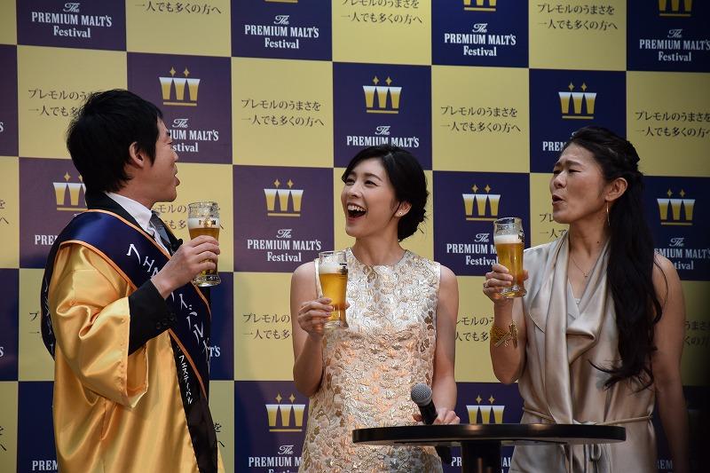 ビールをグッと飲み、ご満悦の3人