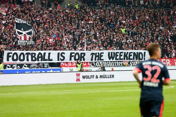 リーグ戦の週末開催を訴えるサポーター [写真]=Bongarts/Getty Images