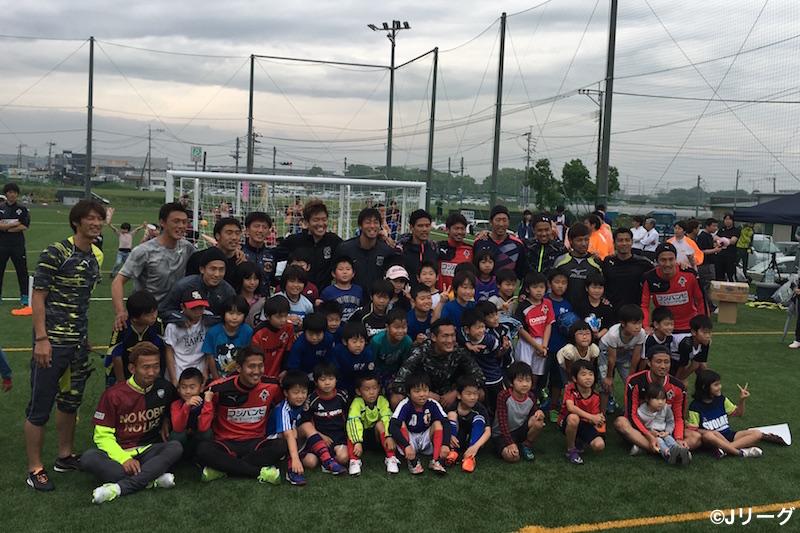 西川、槙野、李らがサッカー教室にサプライズ登場。200人を超える子どもたちとサッカーを行った