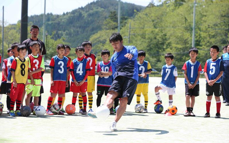 三浦氏による「決まるフリーキック」のポイントは、7月下旬発売予定の雑誌『サッカーキング・ジュニア』で詳しくお伝えします [写真]=新井賢一
