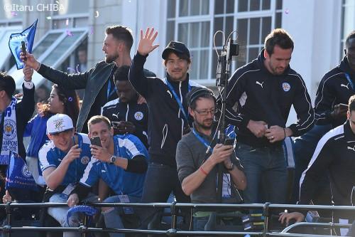 【写真】レスターのプレミア優勝パレードに約25万人が参加! ファンの声援に岡崎も笑顔
