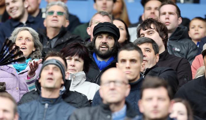 レスターの試合をスタジアムで観戦するサージ [写真]=Leicester City FC via Getty Images