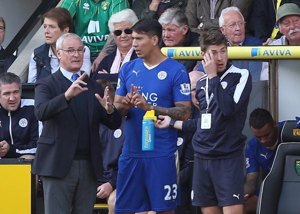 ウジョア(中央)ら控え組に対するケアも怠らなかった [写真]=Leicester City FC via Getty Images