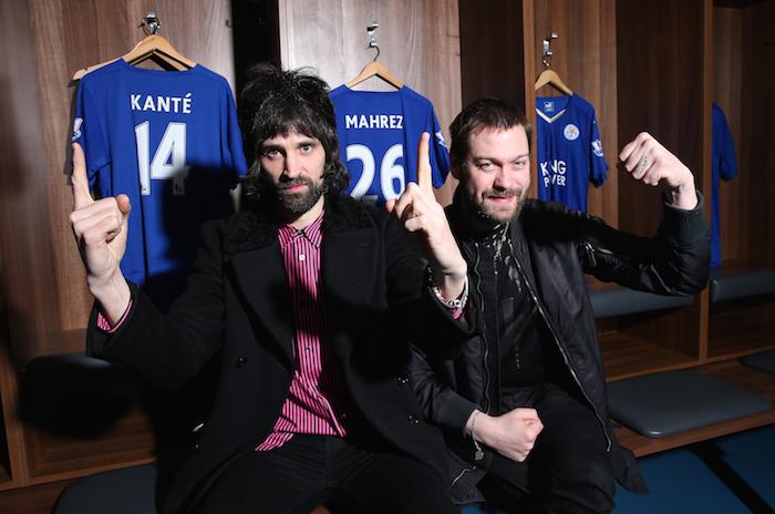 愛するレスターの本拠地でライブを行うことに興奮を隠せないサージ(左)とトム(右)[写真]=Leicester City FC via Getty Images