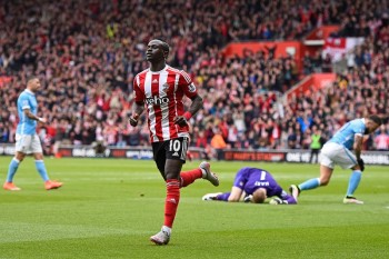 SOUTHAMPTON, ENGLAND - MAY 01:  Sadio Mane of Southampton celebrates scoring his team's second goal during the Barclays Premier League match between Southampton and Manchester City at St Mary's Stadium on May 1, 2016 in Southampton, England.  (Photo by Mike Hewitt/Getty Images)