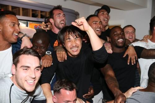 岡崎も大熱狂! レスターの選手たちはヴァーディ宅で優勝の歓喜に沸く