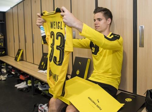 Borussia Dortmund Players Receive New Home Jersey