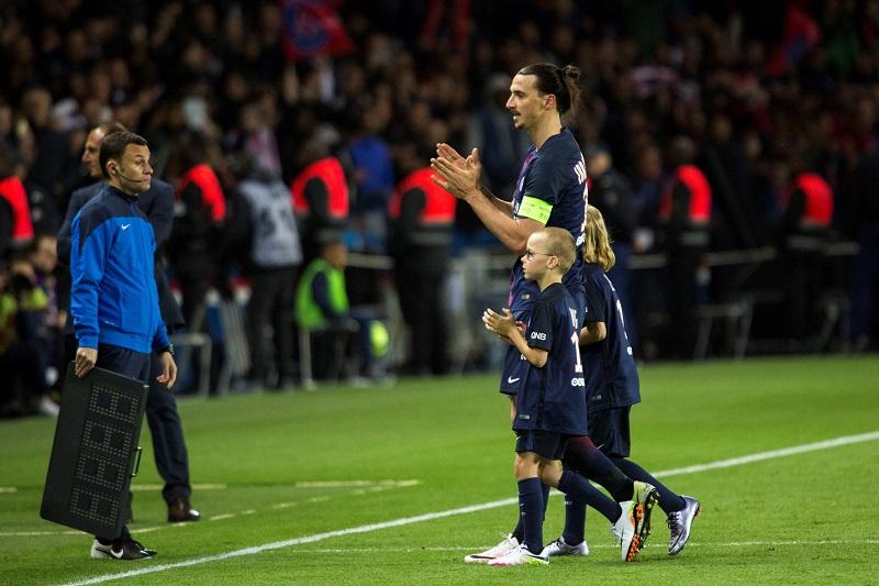 試合終了間際に自身の子どもたちと一緒に引き上げるイブラヒモヴィッチ [写真]=Anadolu Agency/Getty Images