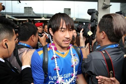 プレミア初制覇のレスター、岡崎らが会長の母国タイ訪問…空港で熱烈歓迎
