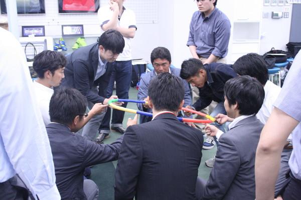 グループで声を掛け合いながら、フラフープを下げる
