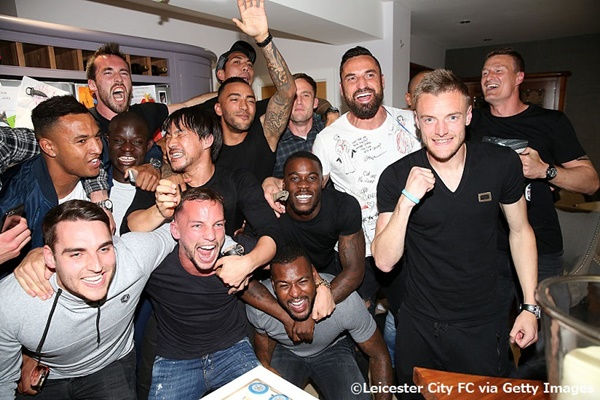 レスターの選手たちはヴァーディの自宅で歓喜の瞬間を迎えた [写真]=Leicester City FC via Getty Images