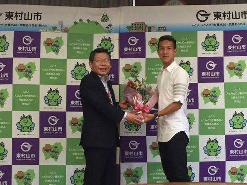 オランダ移籍濃厚の磐田MF小林祐希が東村山市を表敬訪問「2年後にビッグクラブへ行くイメージはある」