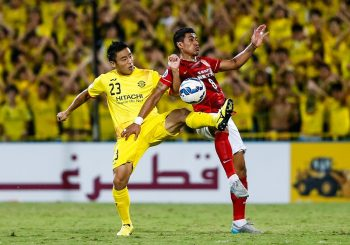 KASHIWA, JAPAN - AUGUST 25:  (CHINA OUT) Paulinho #8 of Guangzhou Evergrande and Tomoki Imai #23 of Kashiwa Reysol compete for the ball during the AFC Champions League quarter-final football match between Kashiwa Reysol and Guangzhou Evergrande at Hitachi Kashiwa Soccer Stadium on August 25, 2015 in Kashiwa, Japan.  (Photo by VCG/VCG via Getty Images)