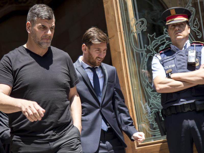 出廷したメッシ(中央) [写真]=Anadolu Agency/Getty Images