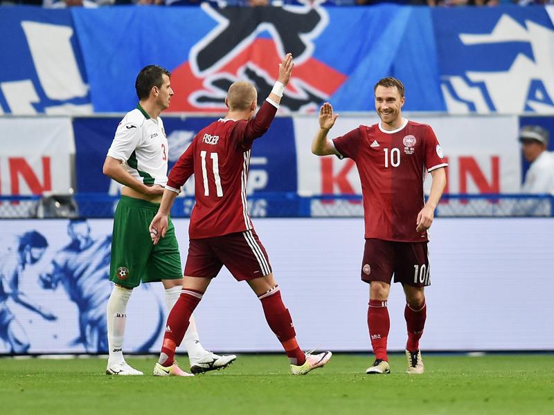 フィッシャー(11番)とチーム3点目を喜ぶエリクセン(右) [写真]=Getty Images