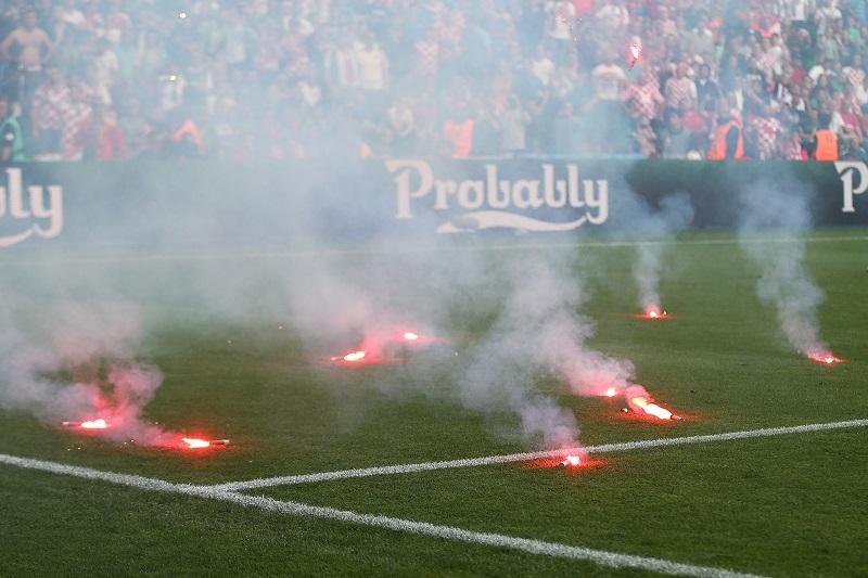 クロアチアサポーターが発煙筒をピッチへ投げ込み、試合は中断した [写真]=Getty Images