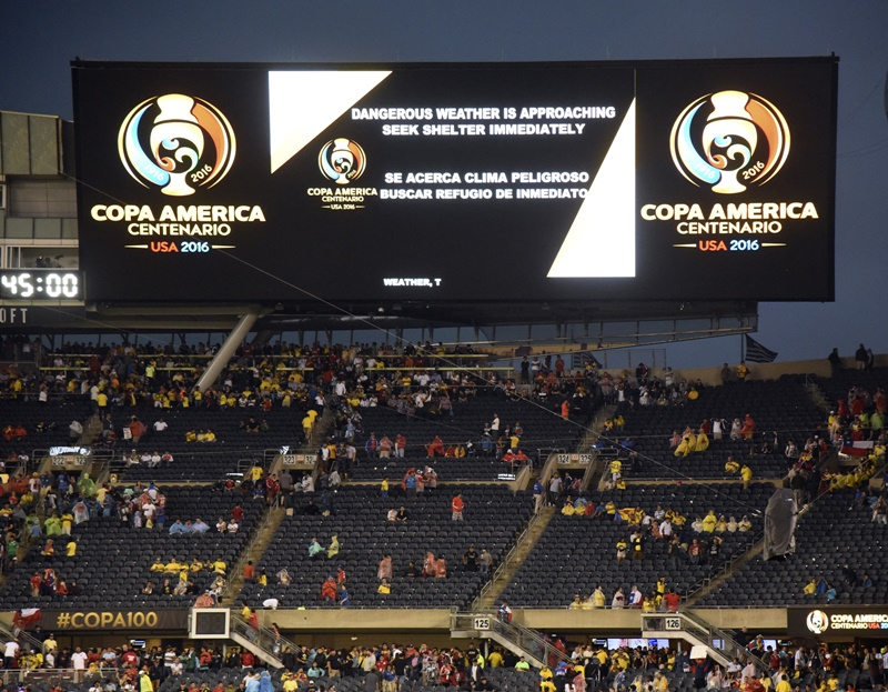 悪天候により、スタジアム内へ避難する観客 [写真]=LatinContent/Getty Images