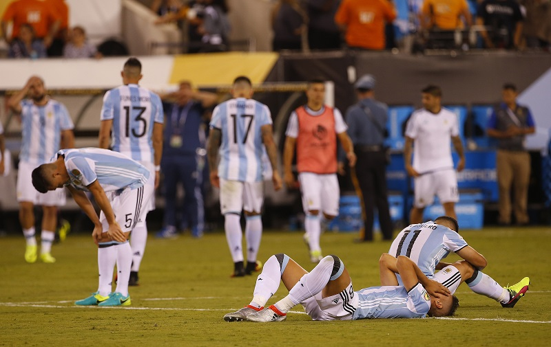 チリに敗れ落胆するアルゼンチン代表の選手ら [写真]=Getty Images