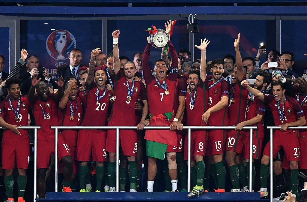 キャプテンのロナウドが優勝トロフィーを掲げた [写真]=Getty Images