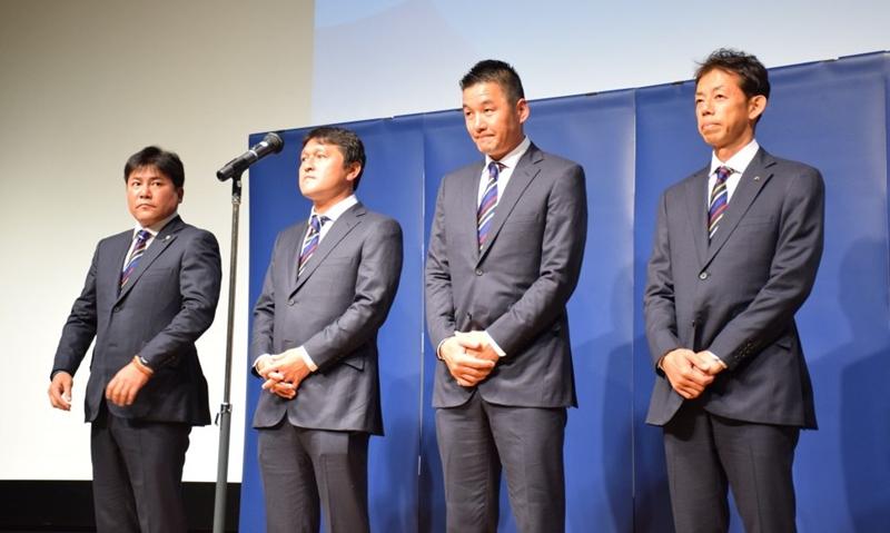 壮行会に登場した日本代表スタッフ(左から手倉森監督、秋葉忠宏コーチ、佐藤洋平GKコーチ、早川直樹コンディショニングコーチ)