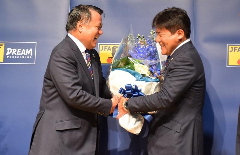 日本サッカー協会の田嶋幸三会長(左)から記念の花束が贈呈された