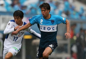 YOKOHAMA, JAPAN - NOVEMBER 08:  (EDITORIAL USE ONLY) Rei Matsumoto of Oita Trinita and Yuki Nogami of Yokohama FC compete for the ball during the J.League second division match between Yokohama FC and Oita Trinita on November 8, 2015 in Yokohama, Kanagawa, Japan.  (Photo by Kaz Photography/Getty Images)