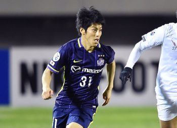 HIROSHIMA, JAPAN - MARCH 16: Takumi Miyayoshi #31 of Sanfrecce Hiroshima and Nattapon Malapun #27 of Buriram United competes for the ball during the AFC Champions League match between Sanfrecce Hiroshima and Buriram United on March 16, 2016 in Hiroshima, Japan.  (Photo by Thananuwat Srirasant/Getty Images)