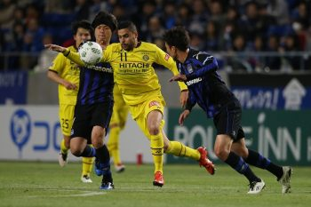 SUITA, JAPAN - APRIL 15: (EDITORIAL USE ONLY) Yashuhito Endo of Gamba Osaka and Diego Oliveira of Kashiwa Reysol during the J.League match between Gamba Osaka and Kashiwa Reysol at the Suita City Football Stadium on April 15, 2016 in Suita, Osaka, Japan. (Photo by Matthew Ashton - AMA/Getty Images)