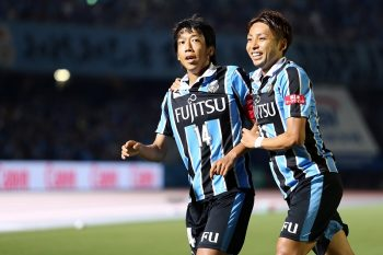 KAWASAKI, JAPAN - JUNE 25: Kengo Nakamura #14 of Kawasaki Frontale celebrates scoring his team's second goal with his team mates during the J.League match between Kawasaki Frontale and Omiya Ardija at the Kawasaki Todoroki Stadium on June 25, 2016 in Kawasaki, Japan. (Photo by Koji Watanabe/Getty Images)