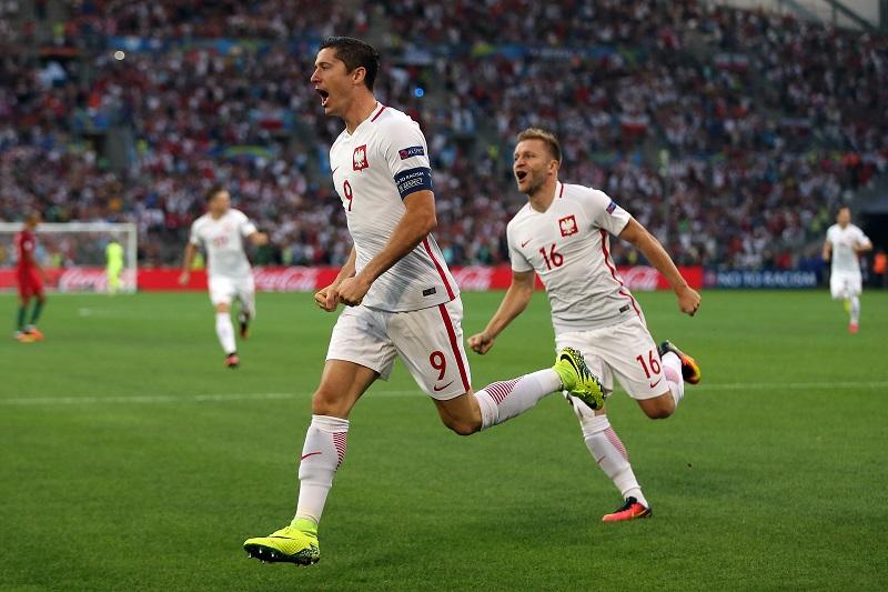 先制点を挙げて喜ぶレヴァンドフスキ(左) [写真]=Getty Images
