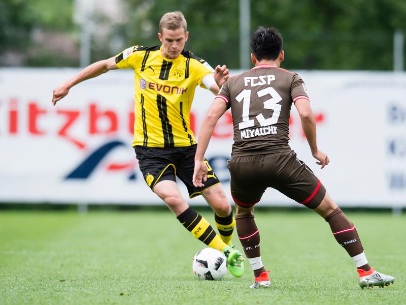 ドルトムントのベンダーとマッチアップする宮市(13番) [写真]=Borussia Dortmund/Getty Images