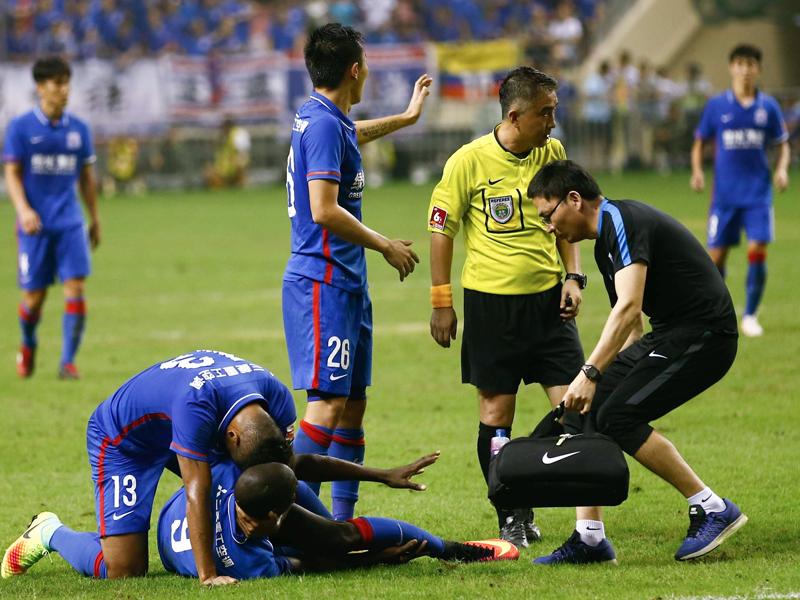デンバ・バ(左手前)は悪質なタックルを受けて重傷を負った [写真]=VCG via Getty Images