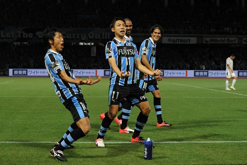 ゴール後に「ゴジラポーズ」を披露する小林悠(中央)と中村憲剛(左) [写真]=Getty Images