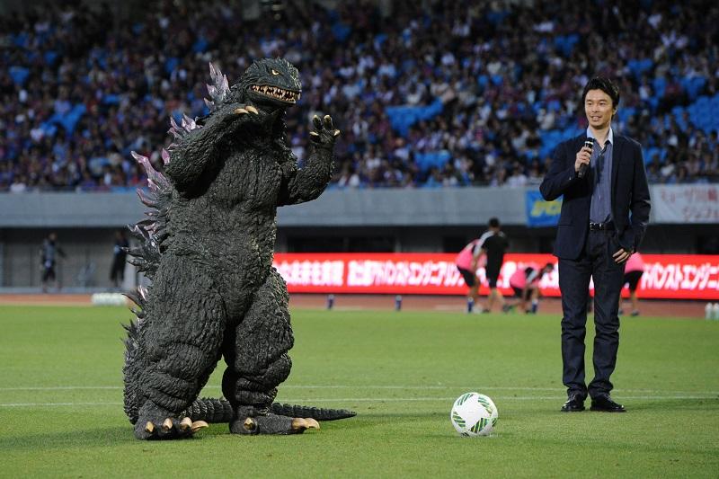 試合前には、ゴジラ(左)と俳優の長谷川博己さんによる始球式が行われた [写真]=Getty Images