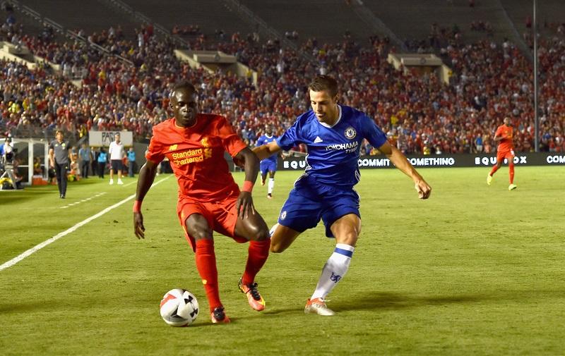 対峙するFWマネ(左)とDFアスピリクエタ(右) [写真]=Liverpool FC via Getty Images