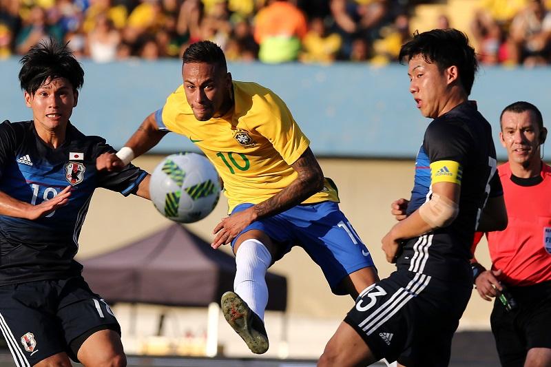 ネイマール(中央)は試合全体を通して日本ゴールを脅かし続けた [写真]=Getty Images